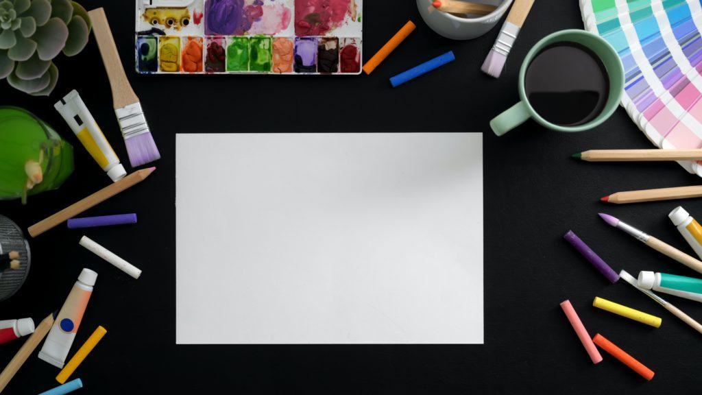 机の上にカラフルな画像が置いてある写真