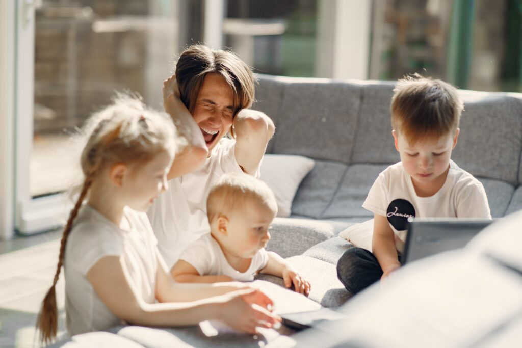 3人の子供が楽しそうに遊んでいる。しかしなぜか絶叫している母親の写真