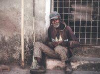 あまり裕福ではなさそうな老人の写真